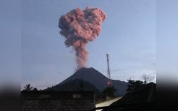Индонезийн Мерапи галт уул оргилжээ