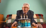 Их Британийн иргэн дэлхийн хамгийн өндөр настай эрэгтэй боллоо