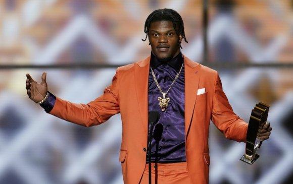 """NFL: Ламар Жексон 2019 оны улирлын """"Үнэ цэнэтэй тоглогч"""" боллоо"""