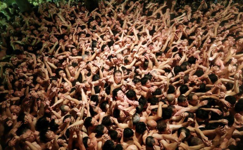 Япон: Нүцгэн фестивальд 10,000 гаруй эр оролцжээ