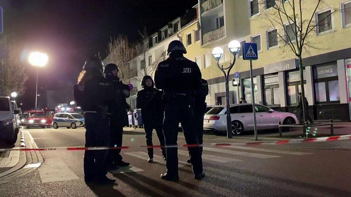 Германд буутай этгээдүүд гал нээж, найман хүний амь хохиров