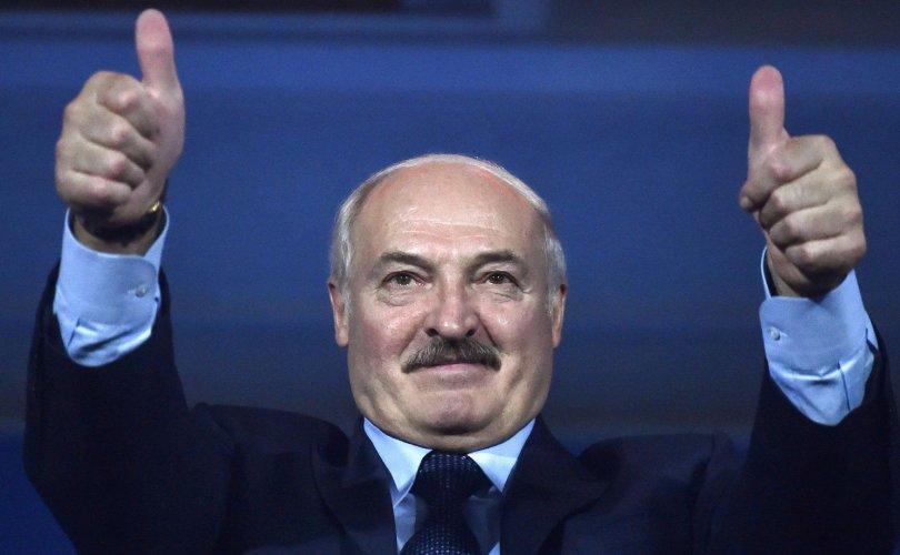 Лукашенко: Архи, саун, хоккей гурав коронавирусээс сэргийлнэ