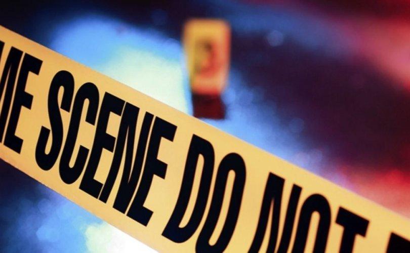 Алба хаагчид онхолдсон машинаас таван хүнийг аварчээ