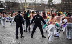 Дэлхийн эмэгтэйчүүд эрхээ хамгаалж нүцгэн жагсав