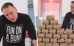 32 ширхэг бургер нэг дор идэж дэлхийн рекорд тогтоожээ