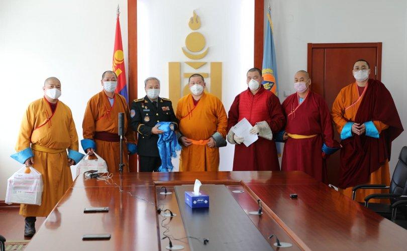 Монгол лам хуваргууд 10 сая төгрөг, 500 ширхэг бээлий УОК-т хандивлалаа