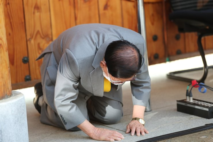 Шинчонжи сүмийг үндэслэгч өвдөг сөгдөн уучлалт гуйлаа