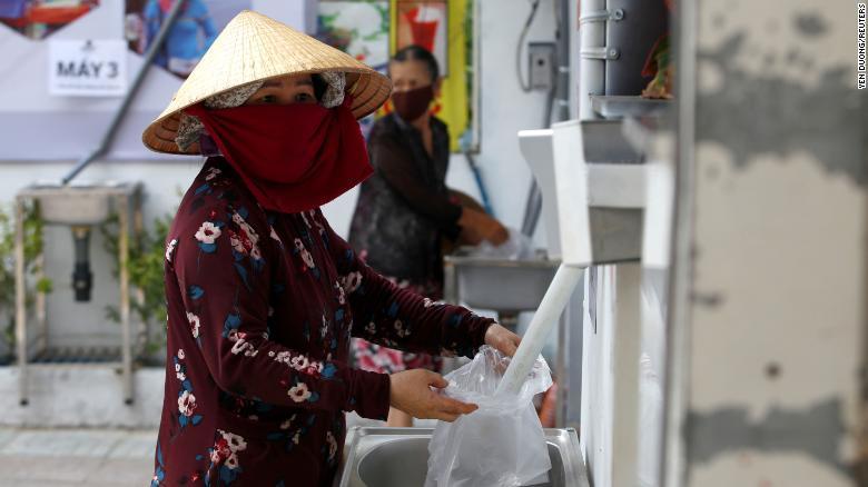 Covid-19: Ажилгүй иргэдэд зориулж үнэгүй будааны ATM ажиллаж байна