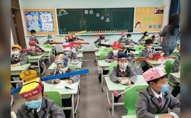 """Хятад хүүхдүүд """"зай баригч малгай"""" өмсөн хичээллэж байна"""