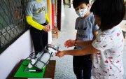 Тайванийнбага ангийн сурагчид бактер устгагч робот зохион бүтээв