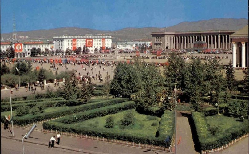 Төв талбайн цэцэрлэгт хүрээлэнг 1940 онд байгуулжээ