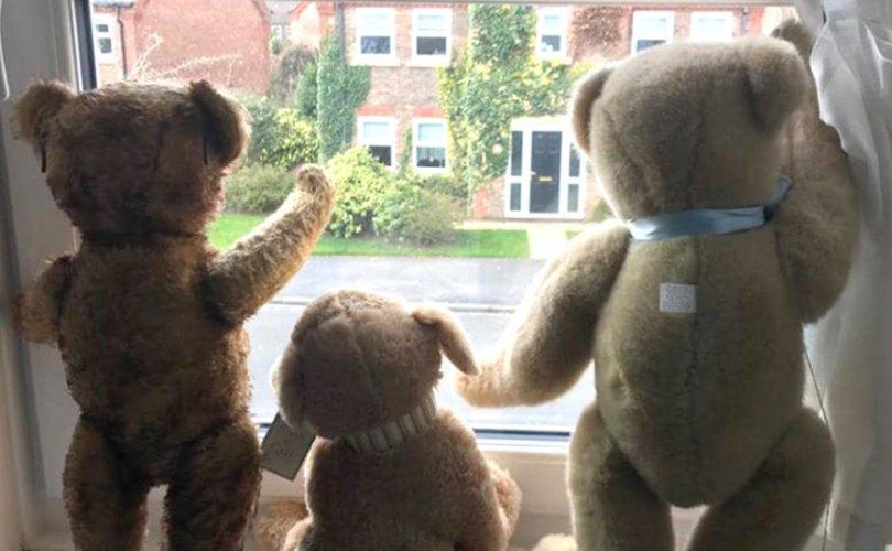 Хүүхдүүдийг хөгжөөхөөр айл бүр цонхон дээрээ чихмэл тоглоом тавьж байна