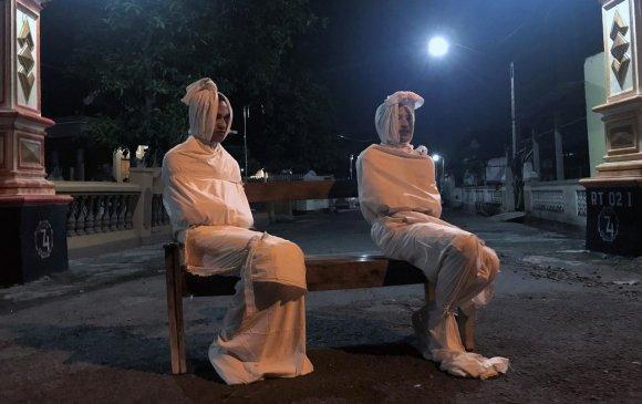 Индонезид мухар сүсэгтнүүдийг гэрээс нь гаргахгүйн тулд сүнсээр айлгаж байна