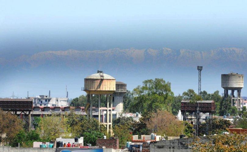 Энэтхэгт агаар цэвэршиж, Гималайн нуруу алсаас үзэгддэг боллоо