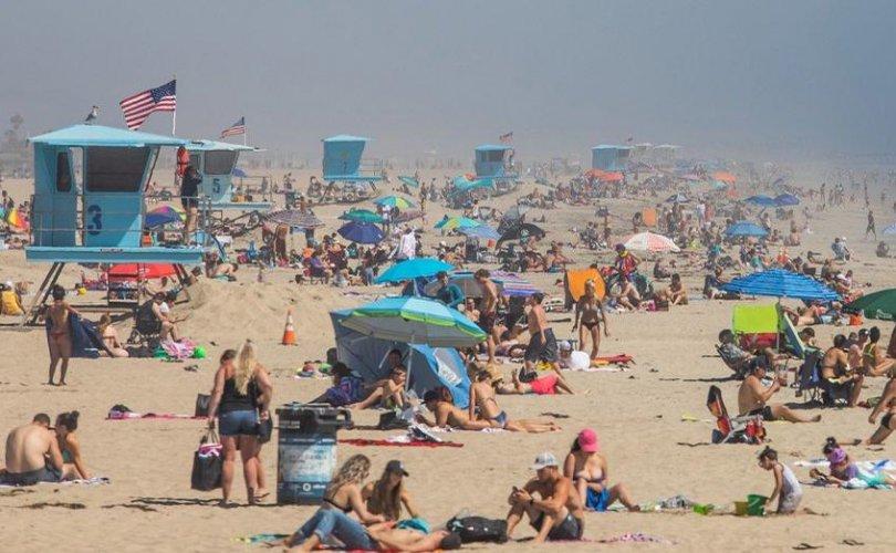 Калифорнийн эрэгт  хөл хориог үл хайхарсан хүмүүс олноороо цугларч байна