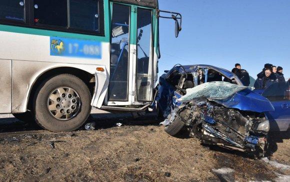 Автобус, суудлын машинтай мөргөлдсөн ноцтой осол гарчээ
