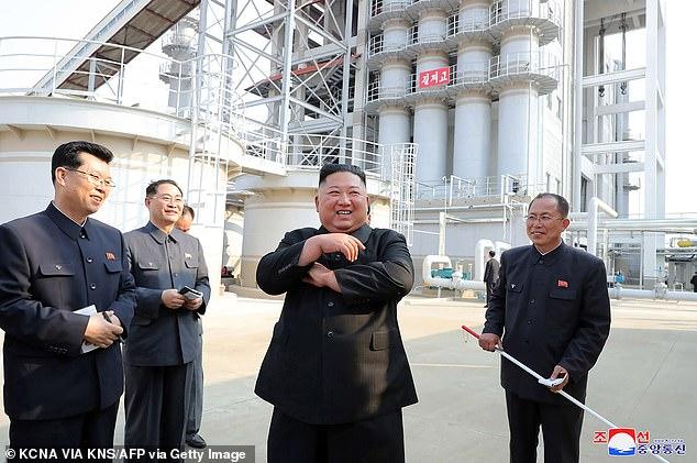 Умард Солонгосын удирдагч үйлдвэрийн нээлтэд оролцон олны өмнө ил гарчээ
