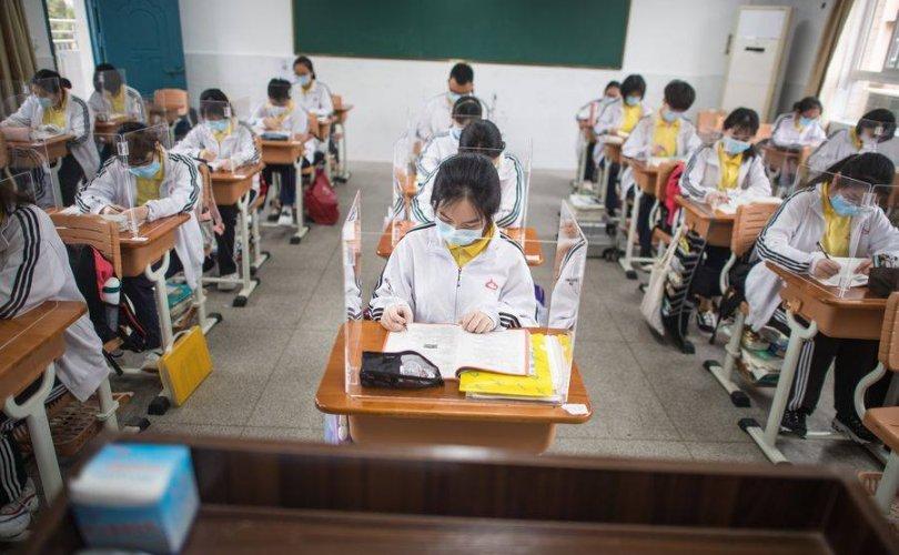 Ухань: Сурагчид тусгаарлах хаалттай хичээллэж байна