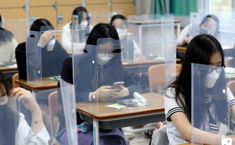 Өмнөд Солонгосын сурагчид хичээлдээ явж эхэллээ