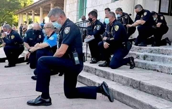 ФОТО: Америкийн цагдаа нар өвдөг сөгдөн уучлалт гуйжээ