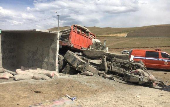 Цемент ачсан ачааны машин осол гаргаж, 14 машин мөргөжээ
