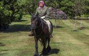 94 настай хатан хаан мориор зугаалав