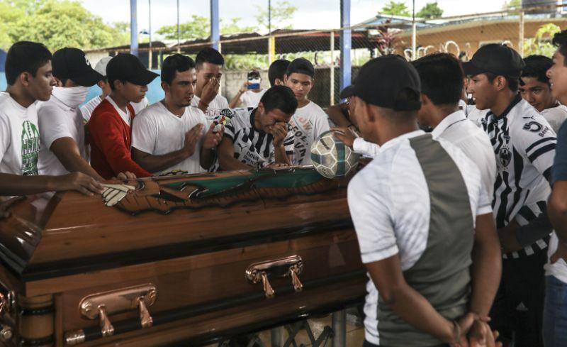Мексик цагдаа 16 настай хүүг эндүүрч, бууджээ