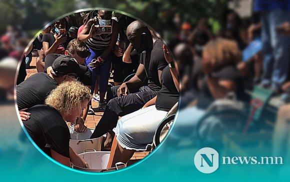 Цагдаа нар хар арьст пасторуудын хөлийг угааж өгчээ