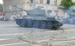 Ялалтын парадад оролцох танкнууд гудамж, зам сүйтгэж байна гэв