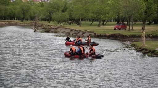 ОБЕГ: Бэлтсийн голд зургаан хүн автомашинтайгаа урсчээ