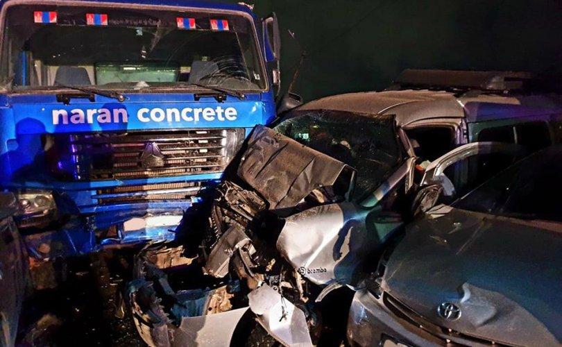12 машин мөргөж, гурван айлын хашаа дайрч таван хүн гэмтээжээ