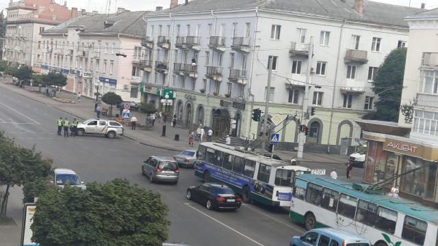 Украин: Тэсрэх бөмбөгөөр зэвсэглэсэн этгээд 20 зорчигчийг барьцаалжээ