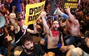 Израильчууд хөл хориог цуцлахыг шаардан жагсаж байна