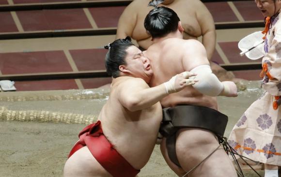 Хакүхо нагоя башёгийн анхны ялагдлаа амслаа