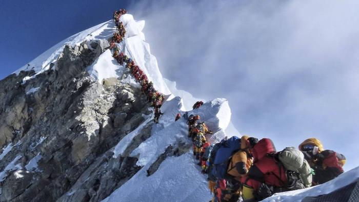 Эверестэд авирах зөвшөөрөл олгож эхэлжээ