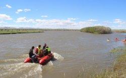 ОБЕГ: Хэнтийд аялж явсан 12 хүний гурав нь усанд осолджээ