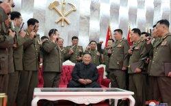 БНАСАУ-ын генералууд Кимийн хажууд гар буугаар гангарчээ