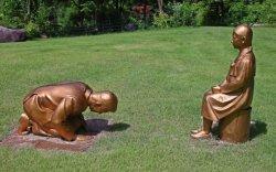 Сөхөрч буй Абэ Шинзотой төстэй хөшөө япончуудыг бухимдуулав