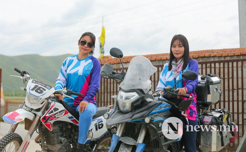 Мотоциклоор арван аймгийн 5700 км зам туулсан бүсгүйчүүд