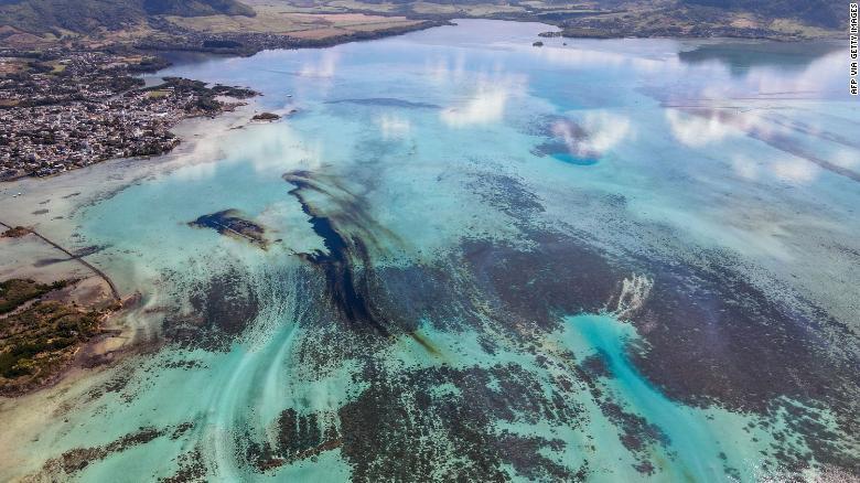 200809113934-04-mauritius-oil-spill-exlarge-169