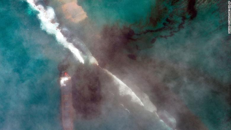 200809114454-10-mauritius-oil-spill-exlarge-169