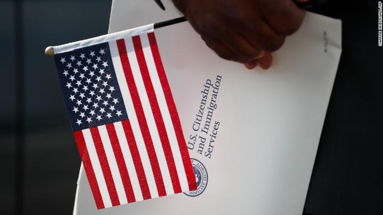 Америкчууд иргэншлээсээ татгалзах нь эрс нэмэгджээ
