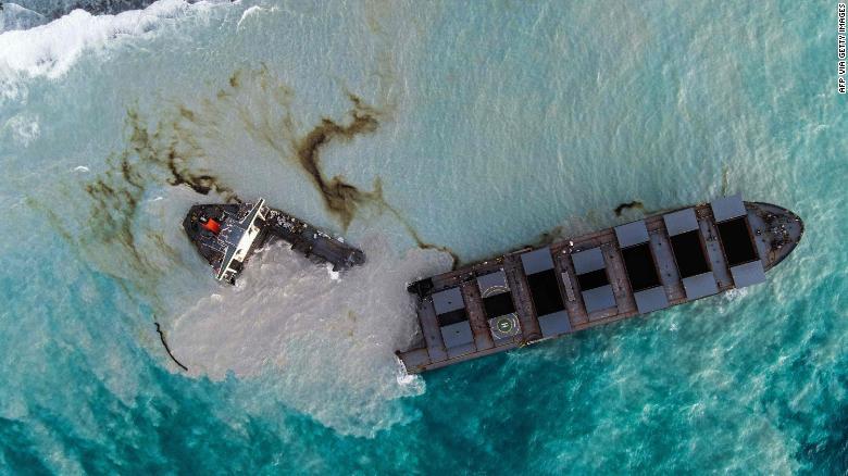 Маврикийн эрэгт осолдсон газрын тостой хөлөг хоёр хуваагджээ