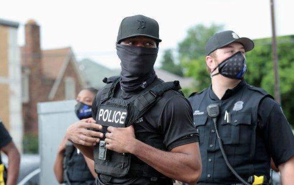 Судалгаа: Хар арьст америкчуудын 80 хувь цагдаа нарыг хэвээр нь үлдээхийг хүсч байна