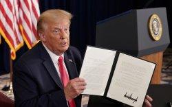 Дональд Трамп дөрвөн чухал тушаалд гарын үсэг зурлаа