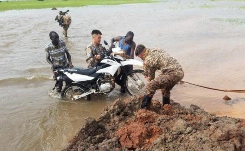 Манай энхийг сахиулагчид үерт өртсөн  Судан иргэнийг аварчээ