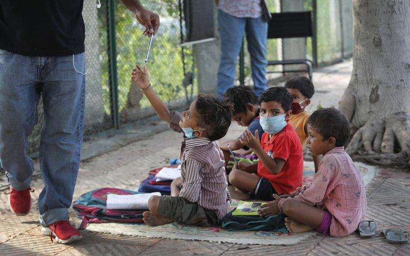 Гудамжинд хичээл заадаг энэтхэг хос