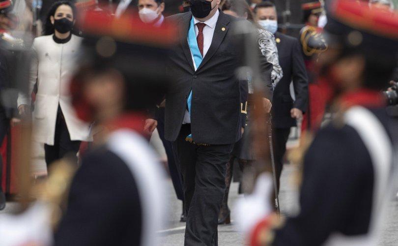 Гватемалын Ерөнхийлөгч халдвар авч, бие нь сайнгүй байна