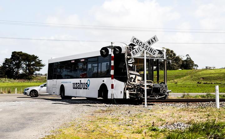 Шинэ Зеландад сургуулийн автобус галт тэрэгтэй мөргөлджээ