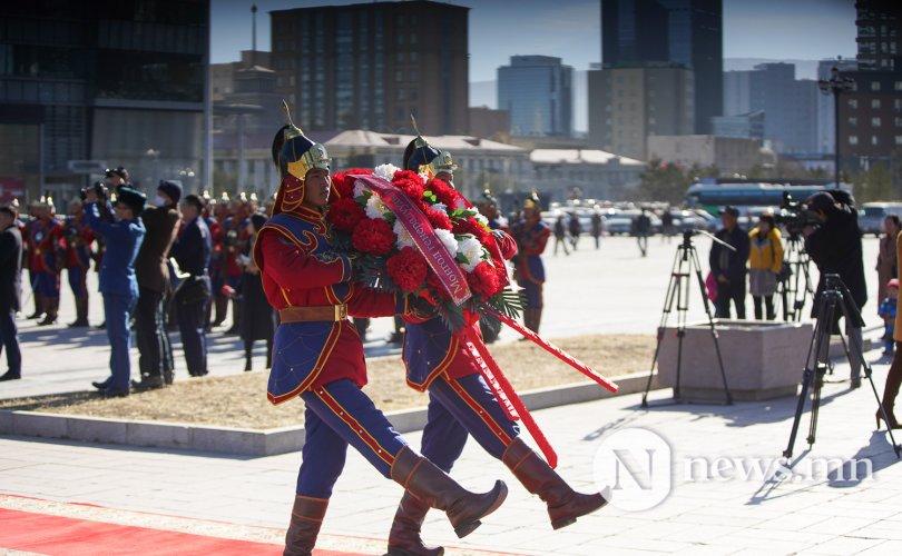 Фото: Генералуудын өдөр Сүхбаатарын хөшөөнд цэцэг өргөлөө